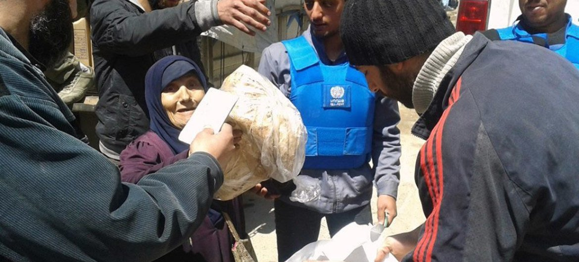 UNRWA distributes life-saving assistance to displaced civilians from Yarmouk in Yalda, Syria.