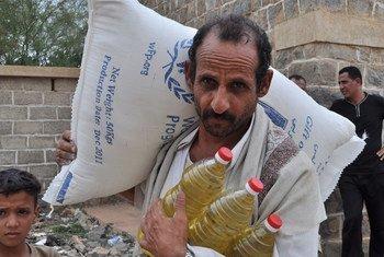 Un agriculteur portant une ration quotidienne pour sa famille. L'ONU estime que 12 millions de Yéménites sont en situation d'insécurité alimentaire. Photo : PAM