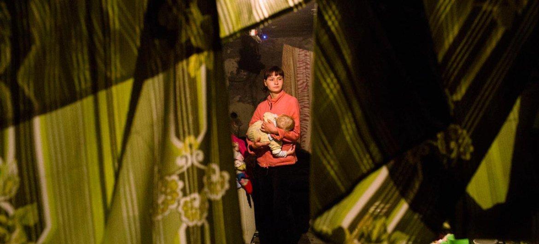 Pour échapper au combats en Ukraine, une mère et son bébé ont trouvé refuge dans un abri anti-bombes dans la ville de Donetsk. Photo : UNICEF / Francesca Pour échapper au conflit en cours en Ukraine, une mère et son bébé ont trouvé refuge dans un abri anti-bombes dans la ville de Donetsk. Photo : UNICEF / Francesca