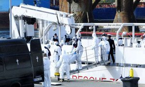 Des secouristes maltais repêchent des corps en mer Méditerranée. Photo : HCR/F. Ellul