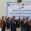 En un centro de distribución, iraquíes desplazados hacen cola para recibir raciones de comida del PMA. Foto: PMA/Mohammed Al-Bahbahani