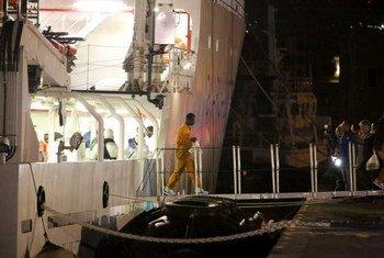 Des survivants du naufrage d'un bateau en mer Méditerranée arrivent en Sicile après avoir été secourus en avril 2015. Photo HCR/F. Malavolta