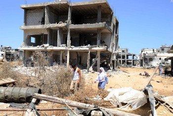 Miles de familias siguen viviendo entre escombros en Gaza.