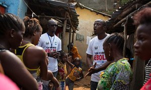 Des volontaires font du porte-à-porte pour discuter avec les résidents d'un bidonville de Freetown, en Sierra Leone, dans le cadre de la lutte contre le virus Ebola. Photo : UNICEF / Tanya Bindra