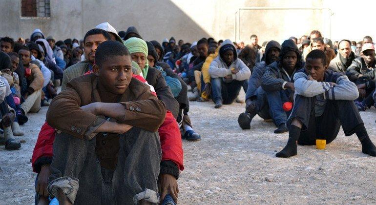 Migrantes em um centro de detenção na Líbia.