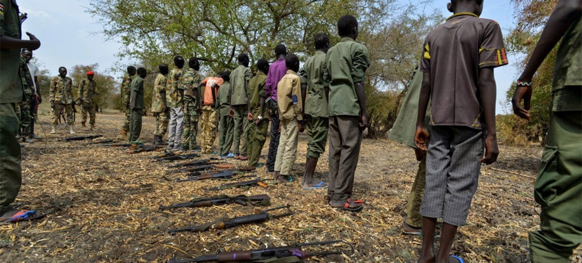 Children surrender their weapons during a ceremony formalizing their release from the SSDA Cobra Faction armed group, in Pibor, South Sudan (February 2015).