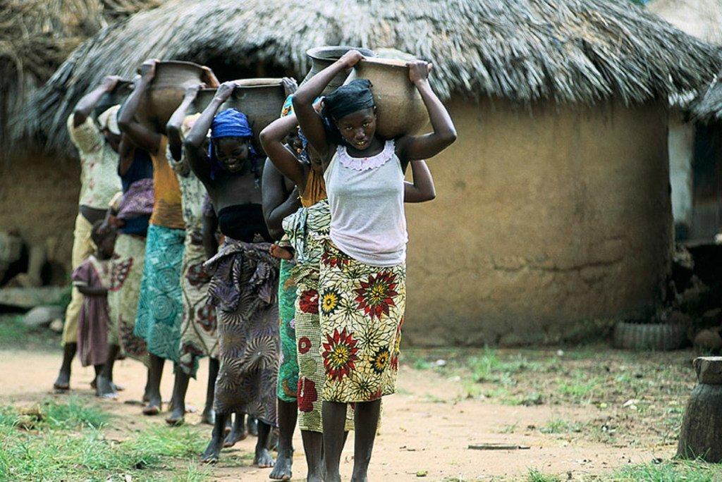Wanawake na wasichana wakibeba maji huko Nigeria