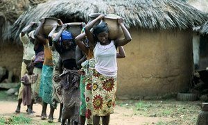 Des jeunes femmes et des filles transportent de l'eau au Nigeria. Photo : Banque mondiale
