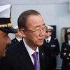Le Secrétaire général Ban Ki-moon avec le Premier ministre italien Matteo Renzi à bord d'un navire italien en Sicile. Photo ONU/Mark Garten