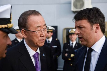 潘基文秘书长同意大利总理伦齐在西西里登上意大利海军舰只圣·朱斯托号。联合国图片/Mark Garten