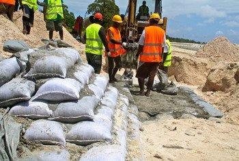 Des ouvriers à Tarawa, à Kiribati. Photo Banque mondiale/Lauren Day