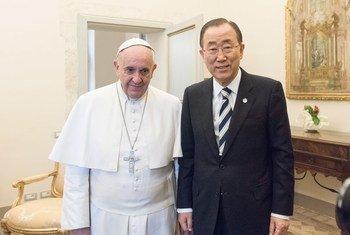 A l'occasion d'une visite à Rome, en Italie, le Secrétaire général de l'ONU, Ban Ki-moon, rencontre le Pape François. Photo ONU/Mark Garten
