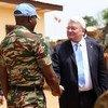 Hervé Ladsous, secretario general adjunto de la ONU para las operaciones de paz, durante una visita a la República Centroafricana en 2015. Foto de archivo: ONU/Jean Claude Bitsure