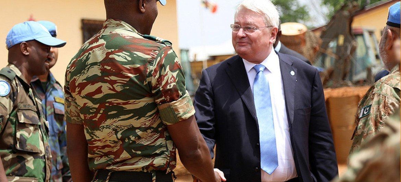 Hervé Ladsous, Secrétaire général adjoint aux opérations de maintien de la paix, lors d'une visite en République centrafricaine.  Photo : ONU/Jean Claude Bitsure