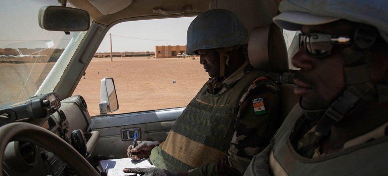 Des Casques bleus nigériens de la MINUSMA en patrouille à Ménaka, au Mali. Photo : MINUSMA / Marco Dormino