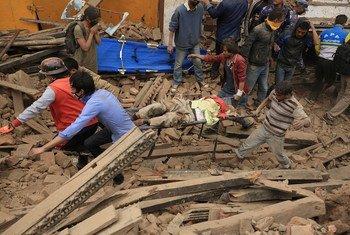 Des secouristes à la recherche de survivants à Katmandou après qu'un violent séisme a frappé le Népal. Photo PNUD Népal