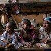 Une femme et ses enfants dans un camp de déplacés à Yola, au Nigéria, après que Boko Haram a attaqué leur maison. Photo UNICEF/Abdrew Esiebo