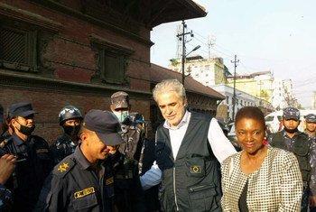 La directora de Asuntos Humanitarios de la ONU, Valerie Amos (der.) junto a su contraparte en la Unión Europea, Christos Stylianides, se encuentran en la capital de Nepal, Katmandú. Foto: OCHA Asia Pacífico.
