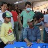 Un equipo móvil de salud mental trata a pacientes en refugios provisionales en Chapagaun, Nepal. Foto: OMS/A. Bhatiasevi