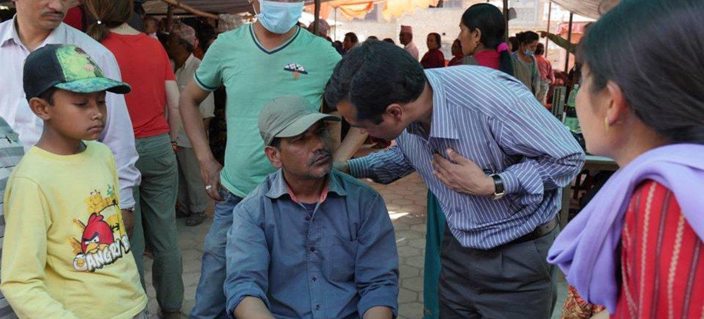 Une équipe mobile de santé mentale traite des patients vivant dans des abris de fortune à Chapagaun, au Népal. Photo OMS/A. Bhatiasevi