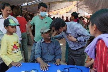 Une équipe mobile de santé mentale traite des patients vivant dans des abris de fortune à Chapagaun, au Népal.