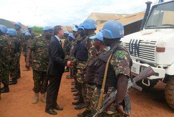 Martin Kobler, representante especial del Secretario General en República Democrática del Congo (de traje), habla con cascos azules de Tanzania desplegados en el país. Foto: MONUSCO