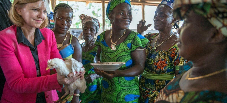 La Représentante spéciale du Secrétaire général au Libéria, Karin Landgren (à gauche), est bénie à son arrivée au village de Gbarbo, près de Zwedru, dans le comté de Grand Gedeh, au Libéria, le 14 avril 2014, lors d'une visite pour discuter de l'épidémie d'Ebola. Photo : MINUL / Staton Winter