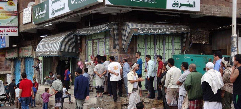 Debido a la falta de combustible, electricidad y trigo, pocas panaderías están abiertas en Taiz, Yemen, obligando a los residentes a esperar en largas colas para conseguir pan. Foto: PNUD Yemen