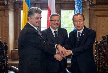 Le Secrétaire général Ban Ki-moon (à droite) rencontre le Président de Pologne, Bronislaw Komorowski (au centre), et le Président d'Ukraine, Petro Poroshenko, à Gdansk, en Pologne. Photo ONU/Eskinder Debebe
