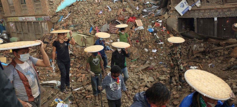 En los últimos 20 años, las mujeres se han visto desproporcionadamente afectadas por el impacto de los desastres, como el cambio climático. Foto: PNUD/Laxmi Prasad Ngakhusi