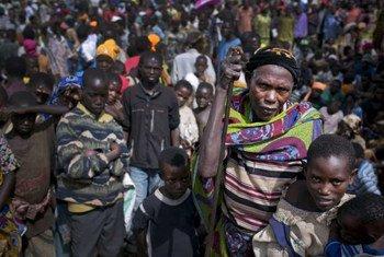 Une femme âgée attend au milieu d'une foule d'autres réfugiés burundais dans un camp au Rwanda. Photo HCR/K. Holt