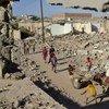 Niños juegan entre edificios derruidos en el barrio de Zinjibar, en Yemen. Foto: ACNUR/A. Al-Sharif