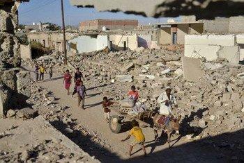 Des enfants au milieu de ruines à Zinjibar, au Yémen. Photo HCR/A. Al-Sharif