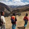 Niños indígenas caminan a la escuela en Huallanca, Perú. Foto: UNICEF/NYHQ2011-1606/LeMoyne