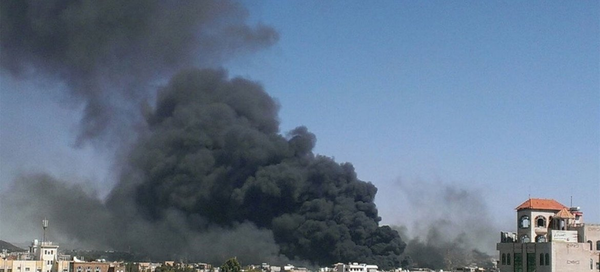 Smoke fills the sky above the Yemeni capital Sana'a after a series of airstrikes (12 May).