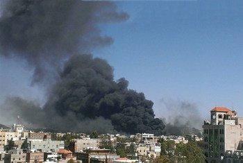 De la fumée s'élève au-dessus de la capitale yéménite, Sanaa, après une série de frappes aériennes, début mai 2015. Photo : Almigdad Mojalli / IRIN