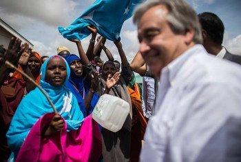 El Alto Comisionado de la ONU para los Refugiados (ACNUR), Antonio Guterres, visita a refugiados en un campamento en Kenya  Foto:ACNUR/B. Loyseau