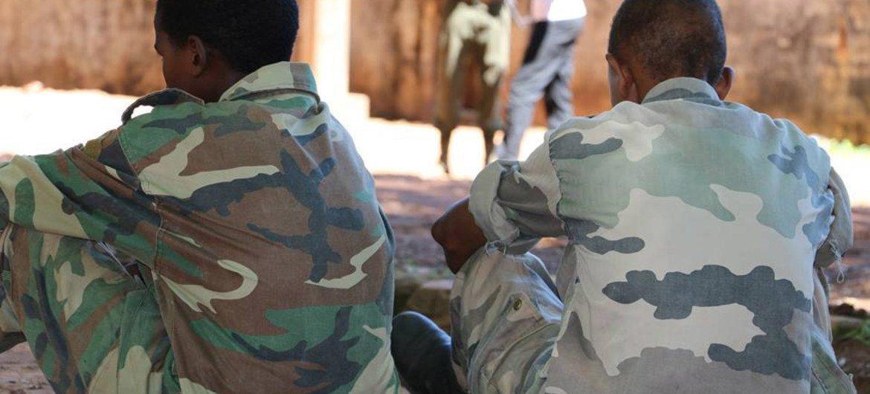 Deux garçons parmi d'autres enfants soldats libérés par les milices anti-Balaka et le groupe armé ex-Séléka en République centrafricaine en 2015.