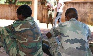 Deux garçons parmi d'autres enfants soldats libérés par les milices anti-Balaka et le groupe armé ex-Séléka en République centrafricaine en 2015. Photo UNICEF-RCA/Donaig Le Du