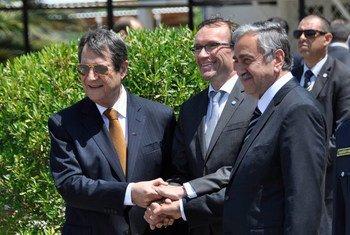 Le Conseil spécial sur Chypre, Espen Barth Eide (au centre) avec le dirigeant chypriote grec, Nicos Anastasiades (à gauche) et le dirigeant chypriote turc, Mustafa Akinci. Photo UNFICYP