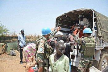 南苏丹特派团维和人员在转移平民。联合国南苏丹特派团图片