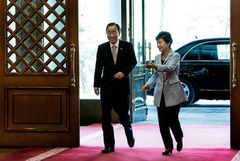 Ban Ki-moon y Park Geun-hye, presidenta de Corea del Sur, durante una visita del Secretario General a ese país. Foto de archivo: ONU/Evan Scheneider