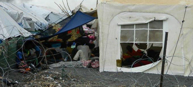 A Melut, dans l'État du Haut-Nil, au Soudan du Sud, les forces de maintien de la paix de l'ONU protègent les civils déplacés sur sa base et dans cette zone adjacente au complexe. Photo MINUSS/UN Military