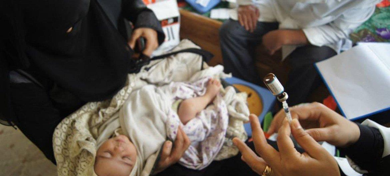 طفل حديث الولادة من النازحين  يتلقى جرعة تطعيم في صنعاء، اليمن. الصورة: منظمة الصحة العالمية / اليمن