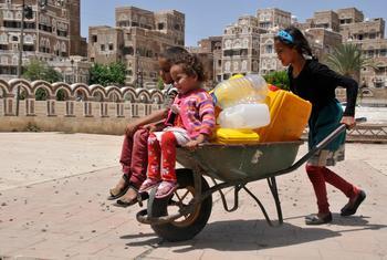 Des enfants avec des jerrycans à Sana'a, la capitale du Yémen. Photo UNICEF/Mohamed Yasin