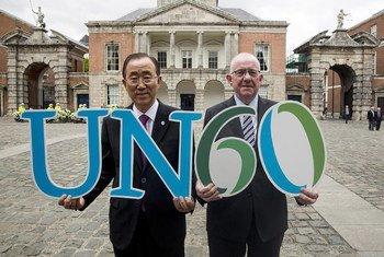 Le Secrétaire général de l'ONU, Ban Ki-moon (à gauche), et le Ministre des affaires étrangères irlandais, Charles Flanagan, commémorant le 60ème anniversaire de l'adhésion de l'Irlande aux Nations Unies à Dublin. Photo : ONU / Evan Schneider