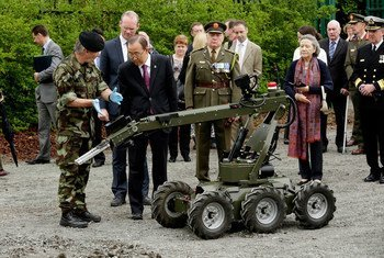 Secretary-General Ban Ki-moon (second left) visits the United Nations Training School of Ireland (UNTSI) at Curragh Defense Forces Training Camp in Ireland.