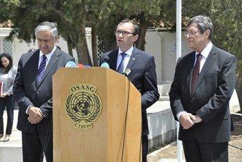 Le Conseiller spécial du Secrétaire général de l'ONU pour Chypre, Espen Barth Eide (centre), s'exprime au nom du dirigeant chypriote grec Nicos Anastasiades (droite) et du dirigeant chypriote turc Mustafa Akinci (gauche). Photo : UNFICYP