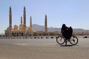Les femmes au Yémen utilisent des bicyclettes pour trouver de la nourriture et des médicaments pour leurs familles. Photo : PNUD Yémen / Bushra al-Fusail