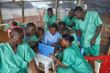 Trabajadores de salud de Sierra Leona durante el brote de ébola. Foto de archivo: OMS/S. Aranda